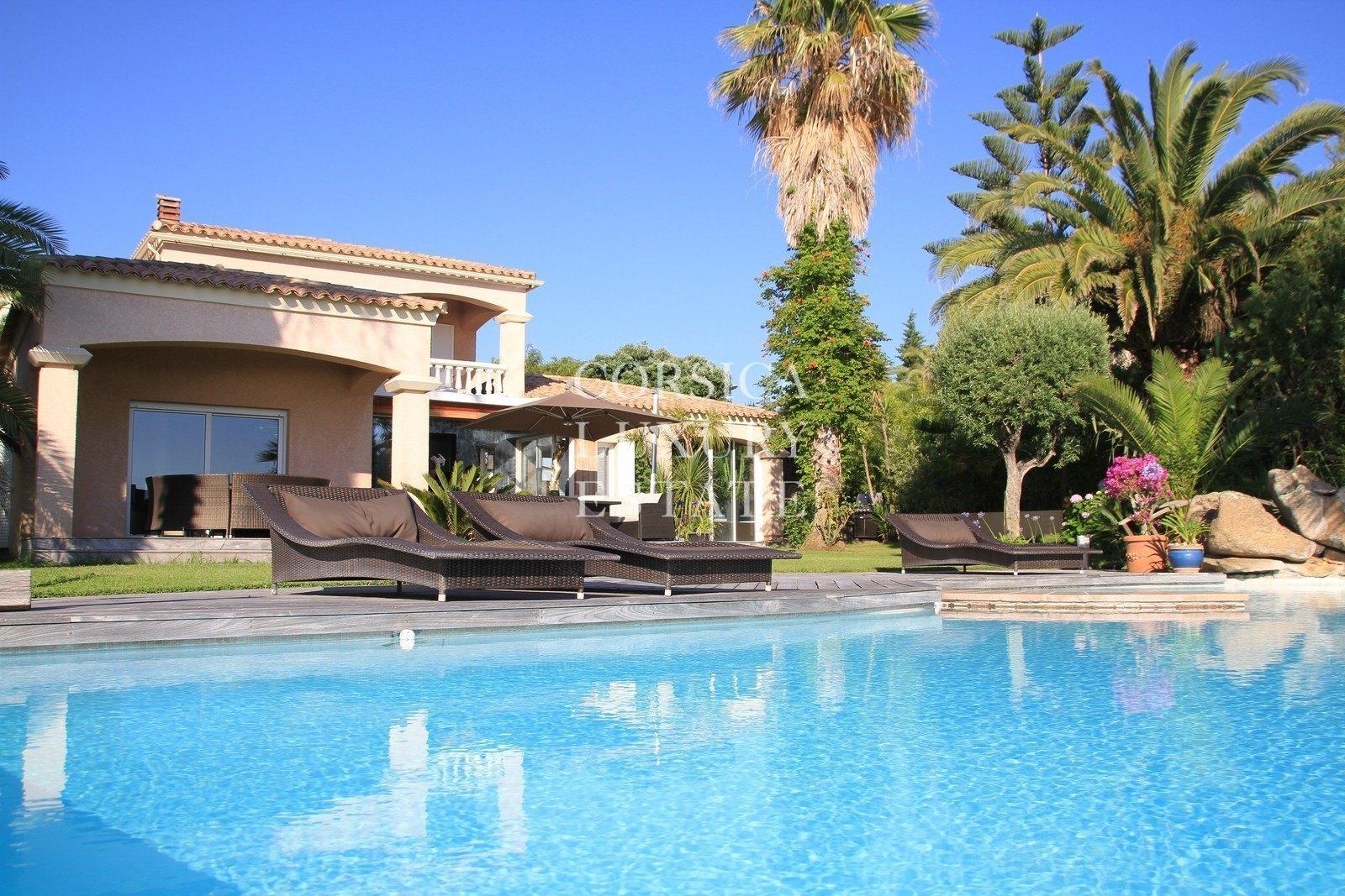A vendre porticcio villa avec vue mer panoramique piscine for Architecture traditionnelle