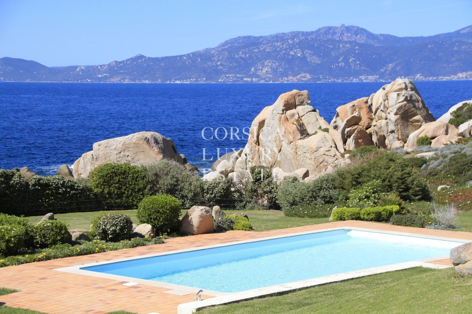 Golfe d 39 ajaccio superbe villa pieds dans l 39 eau vendre for Piscine ajaccio